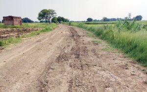 बेलावां से सलेमपुर चौराहा तक सड़क गड्ढों में तब्दील, खराब गुणवत्ता एवं ओवरलोड वाहनों से जर्जर हुई सड़क