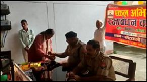 महिलाओं ने पुलिसकर्मियों को बाँधी राखी, लिया सुरक्षा का वचन