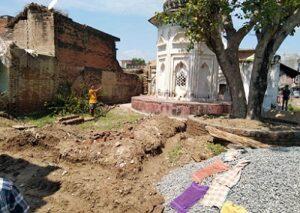 प्राचीन धर्मशाला पर अवैध कब्जे को लेकर गांव में तनावपूर्ण स्थिति