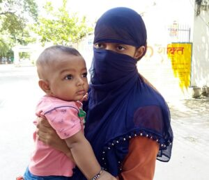 न्यायालय के आदेश के बाद भी दोषी अफसरों पर नहीं हुई कार्रवाई, न्याय पाने को दुधमुंहे बच्चे के संग दर-दर भटक रही बिन ब्याही मां
